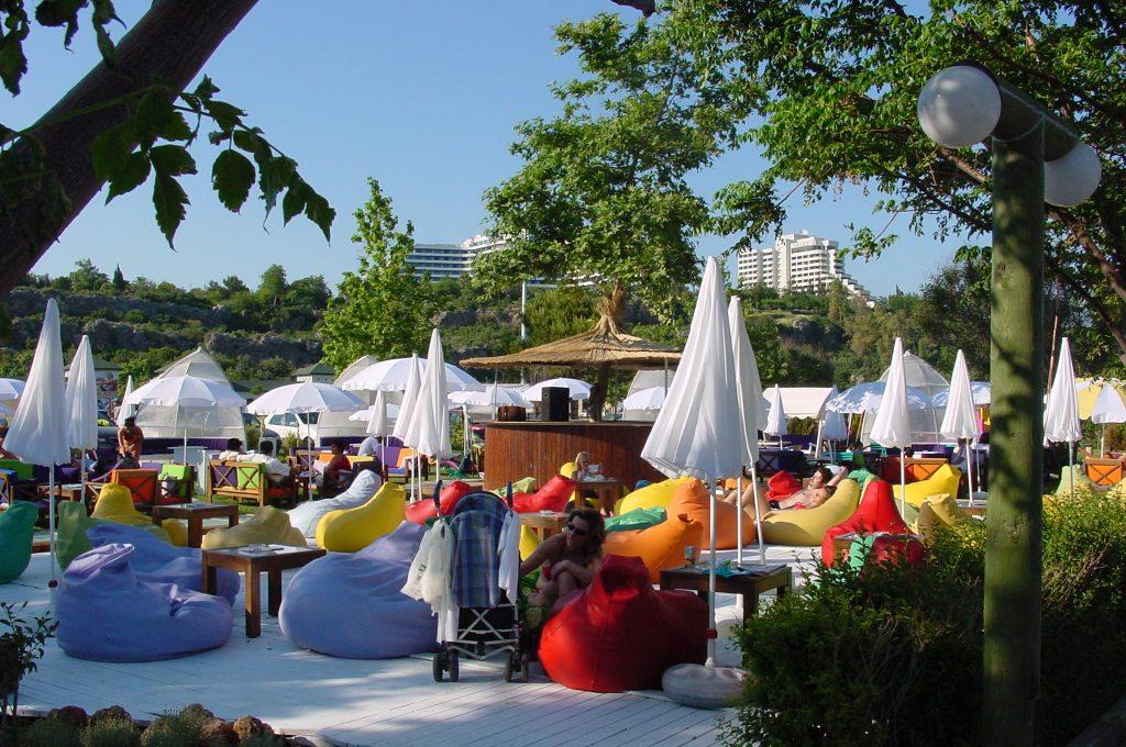 Farbenfroh und schick: Der Beach Park in Konyaalti
