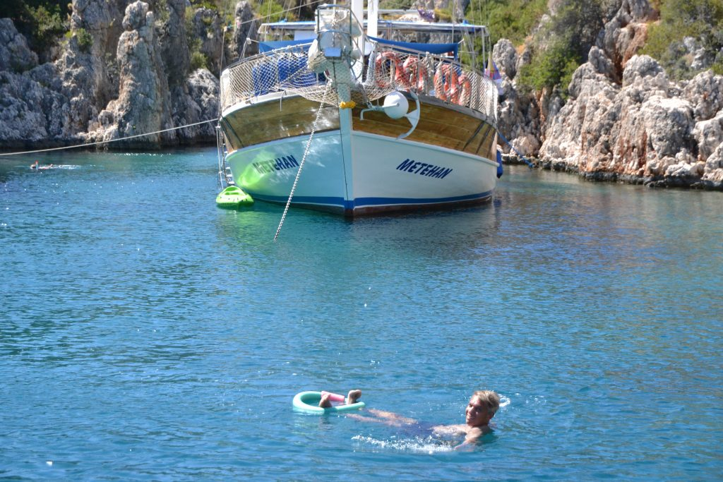Baden in einsamen Buchten - eine Bootstour macht's möglich