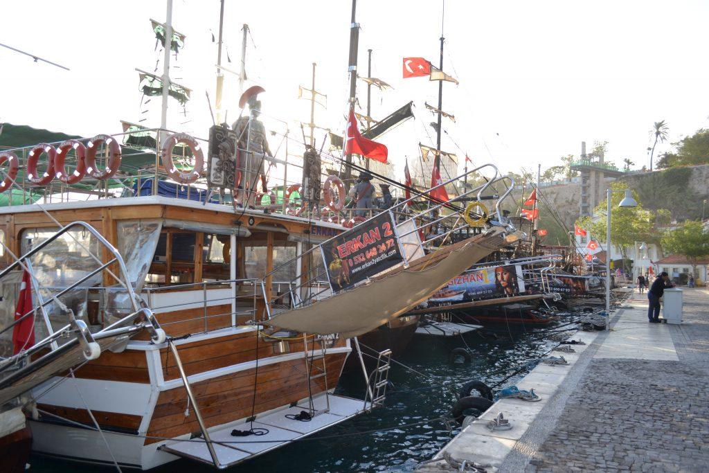 Dutzende Ausflugsschiffe warten am alten Yachthafen auf Passagiere