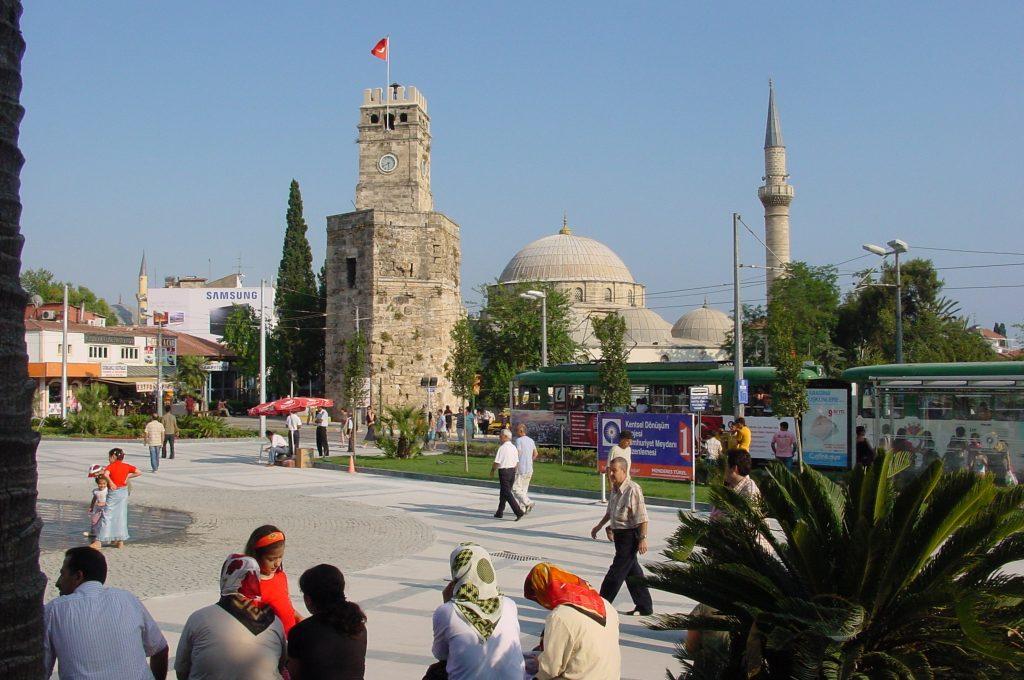 Der Uhrenturm am Rand der Altstadt ist ein Wahrzeichen Antalyas