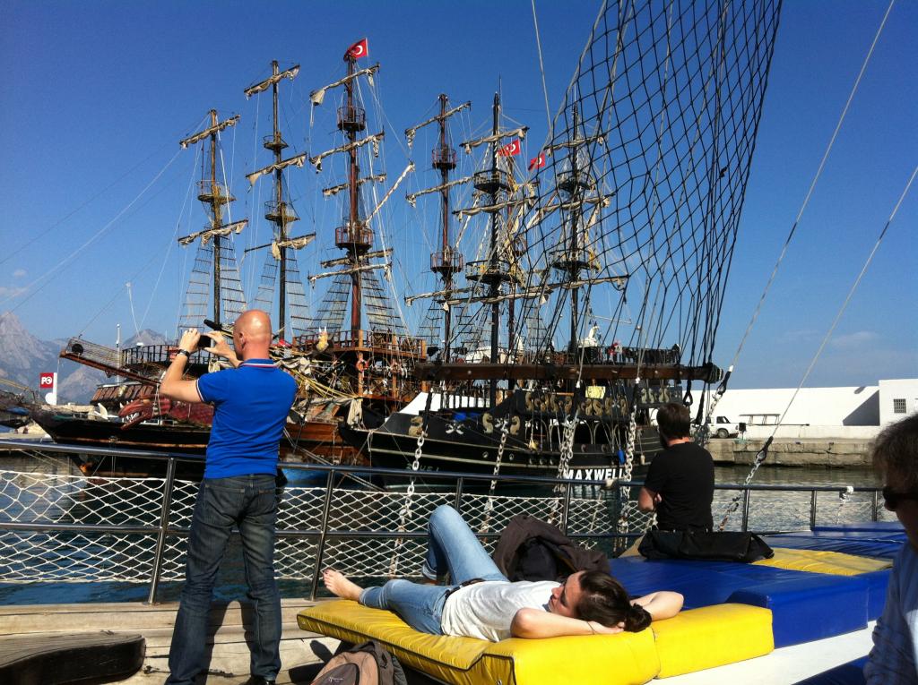 Im Hafen liegen auch originelle Ausflugsboote wie dieses Piratenschiff