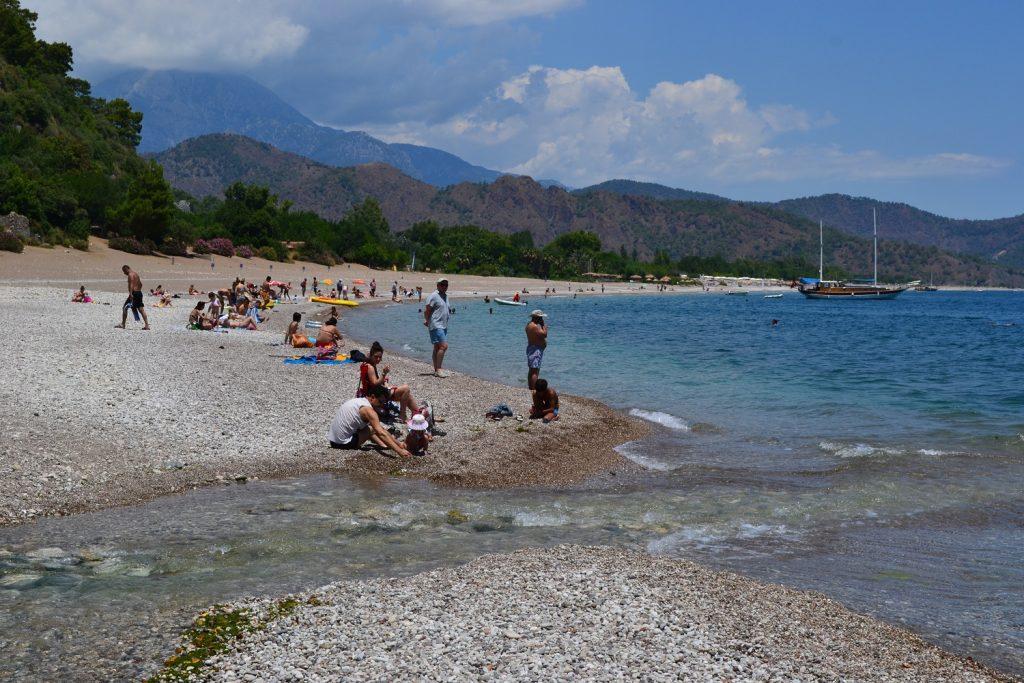 Lebhaft und Kilometer lang: Der Strand von Olympos