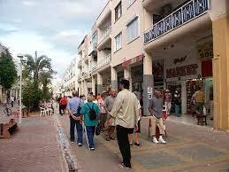Entspannt shoppen: Die Haupt-Einkaufstrasse von Kemer