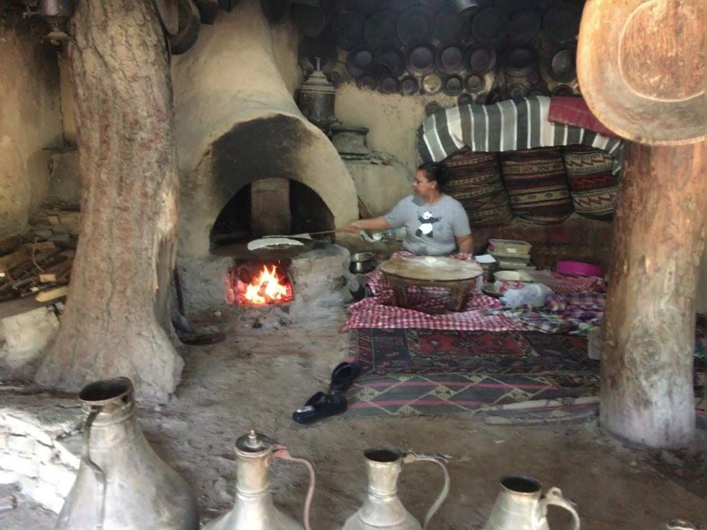Frauen zeigen im Yürük Park, wie Gözleme zubereitet werden