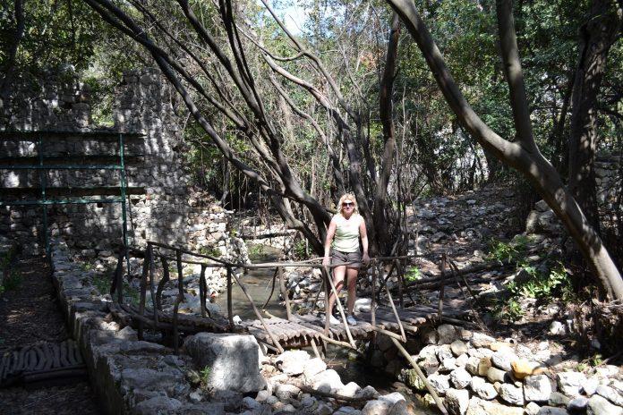 Die Ruinen von Olympos verstecken sich in dichtem Gebüsch und Wald