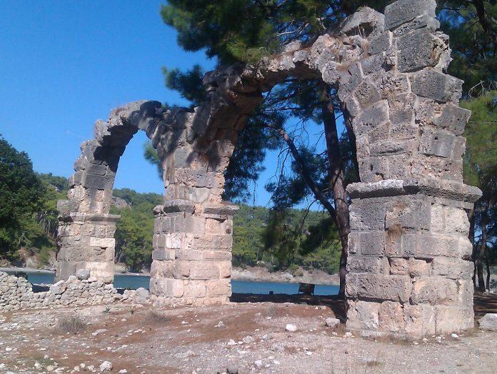 Die Reste der römischen Wasserleitung in Phaselis